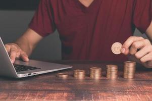 concetto di investimento e monete impilate di crescita finanziaria foto