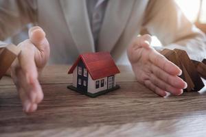 proteggere la casa dalla caduta sui blocchi di legno foto