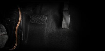 piede premendo il pedale di un'auto foto