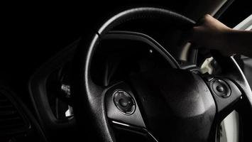 primo piano interno dell'auto moderna in pelle nera foto