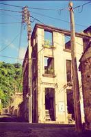 casa abbandonata con cavi elettrici foto