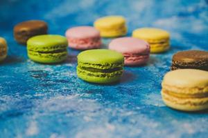 varietà di macarons colorati su sfondo blu foto