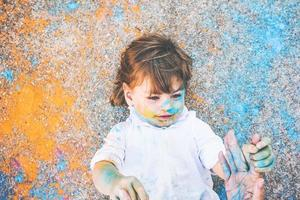 bambina sporca di vernice foto