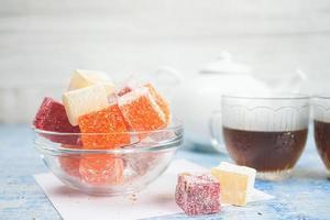 deliziose delizie turche con tè nero foto
