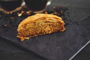 baklava turco con tè nero biologico foto