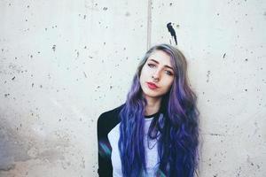 bella giovane donna con i capelli blu e un piercing al setto foto