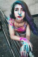 giovane donna con la vernice sulla pelle foto
