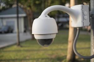 telecamera a circuito chiuso o tecnologia di sorveglianza in città foto
