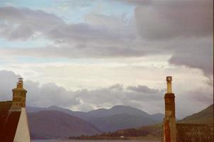 nuvole di pioggia e montagne foto