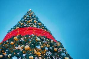 albero di natale con decorazioni. foto