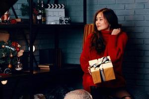 ragazza asiatica con regalo nelle sue mani. foto