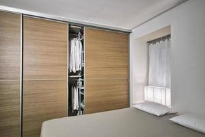 scatto interno di una camera da letto moderna foto