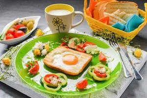 uovo in pane tostato al forno a forma di fiore con verdure fresche e yogurt foto