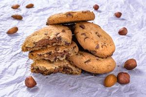 biscotti con gocce di cioccolato, mandorle, noci, biscotti alla nocciola. foto