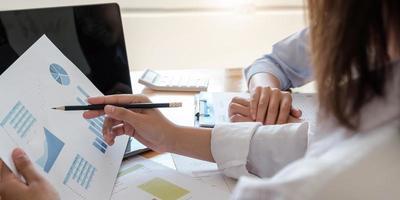 primo piano di uomini d'affari che si incontrano per discutere la situazione del mercato. concetto finanziario aziendale foto