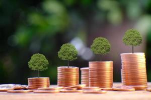 pila di monete con alberi foto