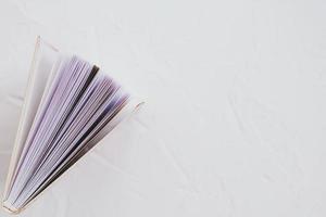 libro su uno sfondo bianco. concetto di educazione foto