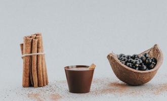 dolci da ristorante topo cannella e frutti di bosco foto