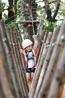 divertimento nel parco avventura per bambine che passano del tempo di qualità con la famiglia foto