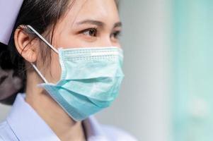 gli infermieri indossano maschere per proteggersi dal coronavirus covid19 foto
