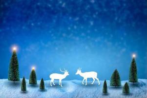 buon natale e felice anno nuovo saluto sfondo. lanterna di natale sulla neve con abete foto