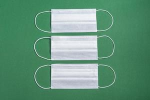 maschera chirurgica su sfondo verde minimalista foto
