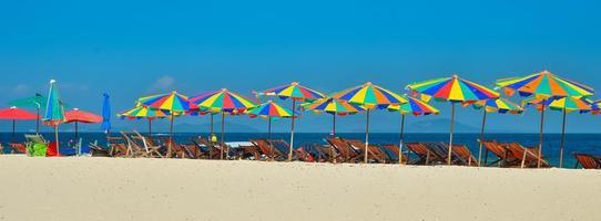 Mare,isola,ombrellone,thailandia, khai island phuket, lettini e ombrelloni su una spiaggia tropicale foto