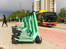 siauliai, lituania, 27 maggio 2021 - scooter elettrici e autobus in città foto