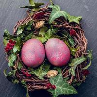 uova di Pasqua con decorazioni. uova di gallina in un nido di uccelli. foto