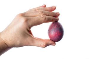 uova di pasqua con decorazione, tenute per mano maschile. foto