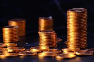 moneta di denaro sullo sfondo del tavolo e concetto di risparmio di denaro e strategia di crescita aziendale del concetto di denaro foto
