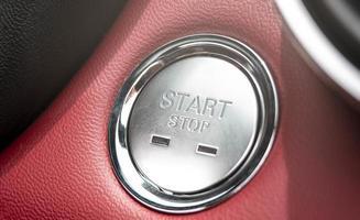 il pulsante per avviare il motore di un'auto. foto