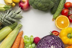 assortimento di frutta e verdura sopra la vista foto