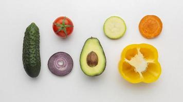 vista dall'alto di disposizione di frutta e verdura foto