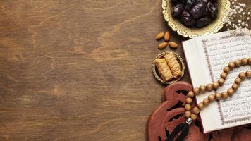 decorazione islamica del nuovo anno con perline in preghiera sulla parte superiore del libro aperto foto