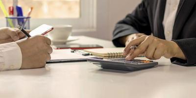 il team del progetto aziendale sta lavorando insieme nella sala riunioni dell'ufficio. foto
