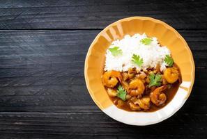gamberi in salsa di curry su riso foto