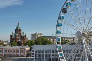 ruota panoramica e cattedrale uspenski a helsinki finlandia foto