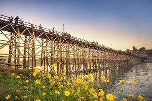 vecchio ponte di legno, ponte mon al sottoinsieme in sangklaburi foto