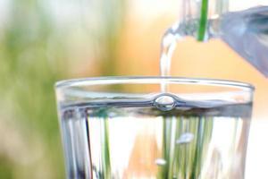 bicchiere di acqua potabile sullo sfondo del tavolo foto