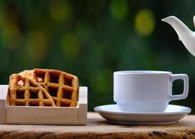 tazza di caffè sul fondo della tavola e caffè al mattino foto