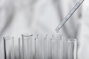 test covid del campione di sangue della capsula di Petri foto