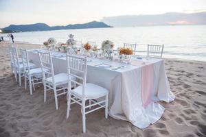 l'elegante tavolata in spiaggia foto