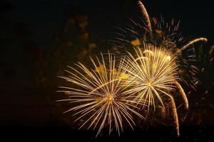 fuochi d'artificio colorati luminosi in una notte festiva esplosioni di fuoco colorato nel cielo foto