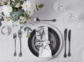 arrangiamento di nozze vista dall'alto con fiori ad anello e busta foto