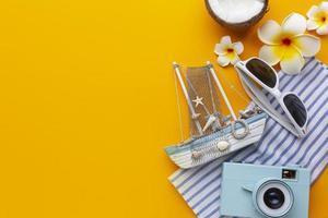 cornice per oggetti da viaggio con vista dall'alto dello spazio della copia foto