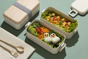 arrangiamento di deliziosi bento box giapponesi foto