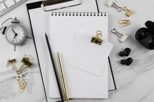 assortimento di articoli da scrivania piatti sul tavolo foto