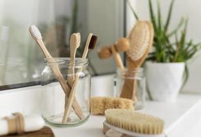 spazzole di legno in disposizione del barattolo foto