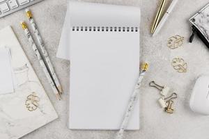 assortimento di scrivanie piatte ed eleganti sul tavolo foto